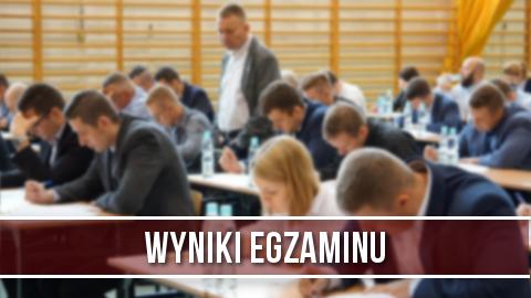 Zdjęcie przedstawiające osoby zdające egzamin